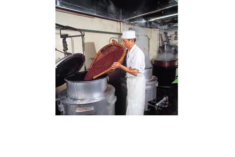 まんじゅうの餡子は北海道産の小豆を使用。必要な量だけを職人が手作業で炊いています